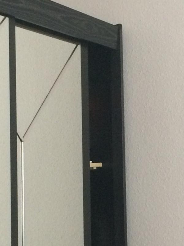 verkaufe 3 t rigen schwebet renschrank korpus schwarz 3 t ren spiegelglas je 1m schrank. Black Bedroom Furniture Sets. Home Design Ideas