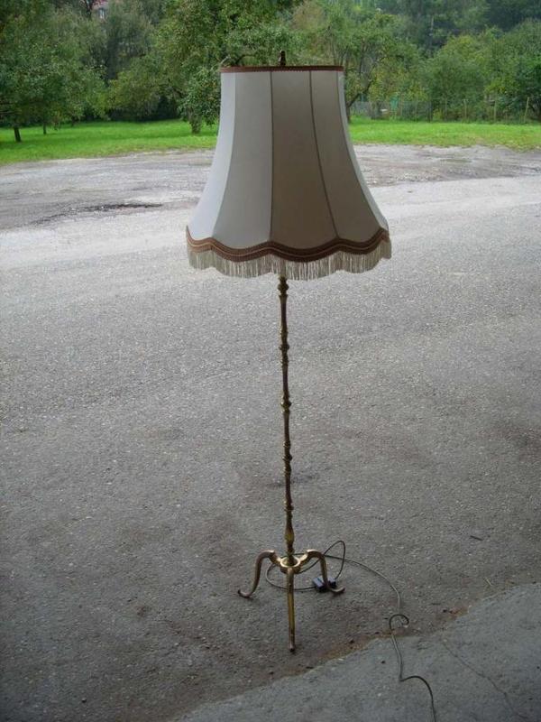 alte messing stehlampe mit schirm in kernen lampen kaufen und verkaufen ber private kleinanzeigen. Black Bedroom Furniture Sets. Home Design Ideas