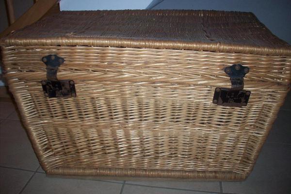 alte weidentruhe in einig sonstige m bel antiquarisch kaufen und verkaufen ber private. Black Bedroom Furniture Sets. Home Design Ideas