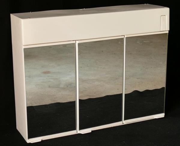 bad spiegelschrank weiss mit beleuchtung 3 t ren wegen umzug an selbstabholer zu verkaufen 1. Black Bedroom Furniture Sets. Home Design Ideas
