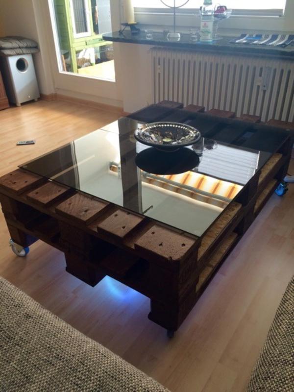 ich verkaufe einen designer paletten tisch er besteht aus zwei euro paletten zwei schwarzen. Black Bedroom Furniture Sets. Home Design Ideas