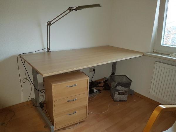 gro er schreibtisch mit rollcontainer und schreibtischlampe in frankfurt b rom bel kaufen und. Black Bedroom Furniture Sets. Home Design Ideas