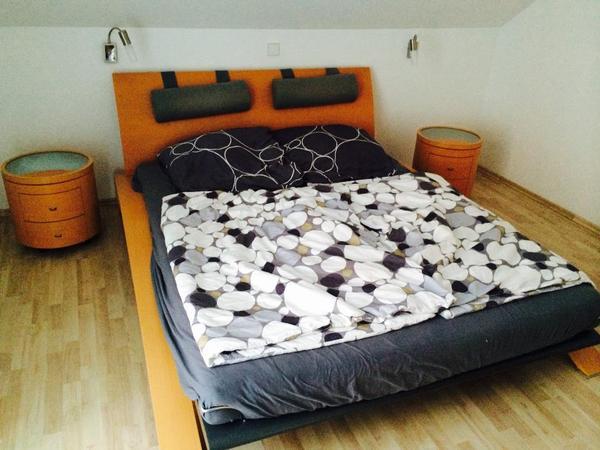h lsta kufenbett mit 2 nachtschr nkchen und komode. Black Bedroom Furniture Sets. Home Design Ideas