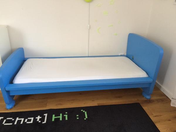 verkaufe gut erhaltenes kinderbett von ikea mammut in blau mit lattenrost und matratze. Black Bedroom Furniture Sets. Home Design Ideas