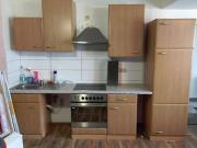 Küche mit Kühlschrank,