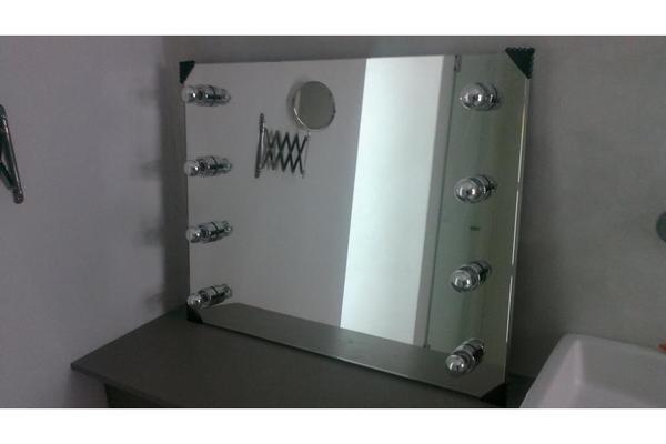 spiegel mit beleuchtung einrichtungsgegenst nde einebinsenweisheit. Black Bedroom Furniture Sets. Home Design Ideas