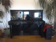 schönes schwarzes Klavier