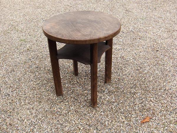 kleiner runder tisch standfest alt die platte hat einen kleinen ri im furnier sonst. Black Bedroom Furniture Sets. Home Design Ideas