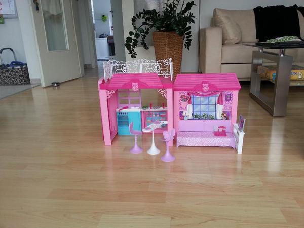 kaum bespieltes barbiehaus mit viel zubeh r und ovp das haus besteht aus k che und schlafzimmer. Black Bedroom Furniture Sets. Home Design Ideas