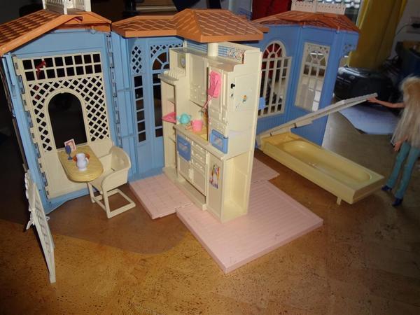 tragbares barbie haus aufklappbar in m nchen puppen kaufen und verkaufen ber private. Black Bedroom Furniture Sets. Home Design Ideas