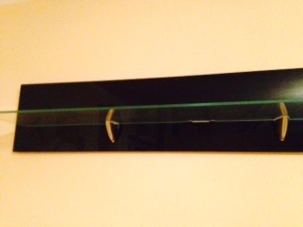 Wandregal hochglanz schwarz mit led in esslingen regale for Wandregal schwarz hochglanz