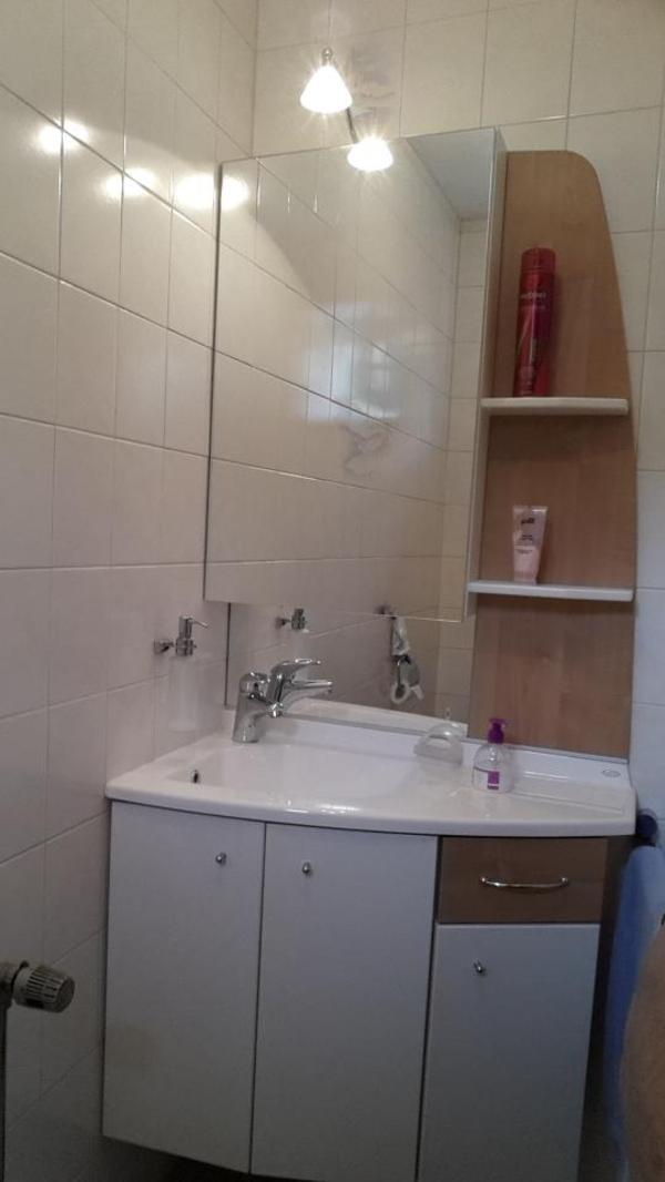 waschbecken mit spiegelschrank in m nchen bad. Black Bedroom Furniture Sets. Home Design Ideas