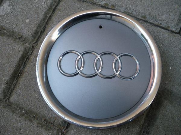 Audi Nabenkappe Alufelge, 8L0601165D, 1 Stück - Lichtenfels - Originale Nabenkappe für AUDI-Alufelgen.Gebraucht mit normalen Gebrauchsspuren, siehe Bilder.Alle Clipse/Halterungen sind in Ordnung.Außendurchmesser beträgt 165 mm, siehe Bild.Nur 1 Stück vorhanden.Versand deutschlandweit 4 EUR.Bei weit - Lichtenfels