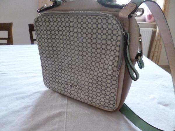 Axel-Handtasche - Knöringen - Sommerliche Handtasche von Axel, lindgrün und beige, Kunstmaterial. Innen hellgrün gefüttert. Innenreißverschluss und Innenfächer. Außen sowohl Vorder- als auch Rückseite je zwei große Fächer mit Reißverschluss, mittig ein großer R - Knöringen