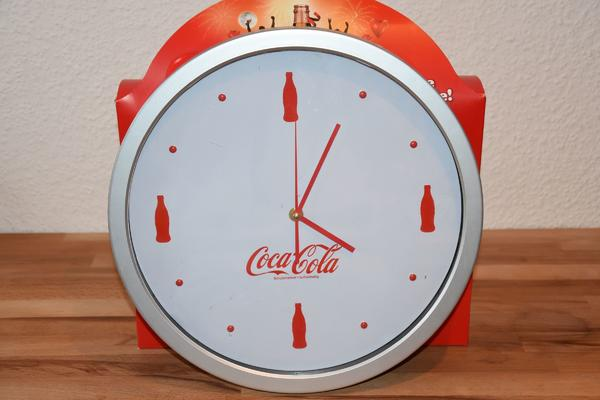 Coca Cola Uhr - Bad Homburg - Coca Cola Wanduhr, funktioniert einwandfrei, Batterie betriebenDurchmesser 35 cmVerkaufe viele weitere Coca-Cola Produkte ( Blechschilder, Flaschen, Trucks, Dosen, Basecap) - Bad Homburg