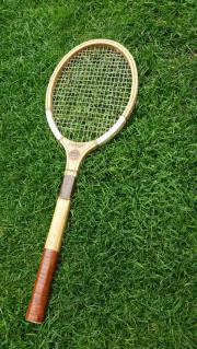 Dachbodenfund, alter Tennisschläger.