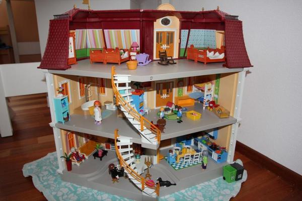 das gro e puppenhaus playmobil 3 etagen viel zubeh r zimmer ostern f r m dchen in m nchen. Black Bedroom Furniture Sets. Home Design Ideas