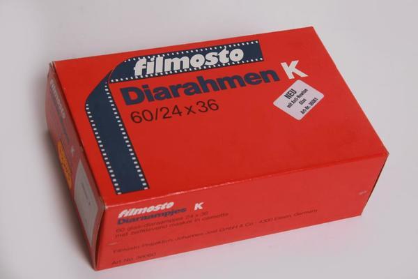 Diarahmen-Filmosto K AN (Anti Newton) verglast-24x36 in Archivkassette zum Kleben Nr. 36061 - Berching - Neuer ungebrauchter Artikel in OVP aus Lagerbestand, Packung evtl. leichte Abnutzungsspuren Diarahmen-Filmosto K-AN (Anti Newton) verglast (beide Seite)-24x36 in Archivkassette Nr. 36061 mit Selbstklebemaske. Dadurch hervorragende Planlage! Zwe - Berching