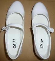 Ein Paar Schuhe weiß