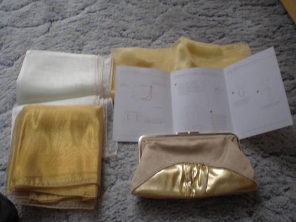 goldfarbene Clutch mit 3 passenden Organza-Schals - Berlin Wilmersdorf - Goldfarbene Clutch mit 3 passenden goldenem Organza-Schals und Stylingvorschlägen, ovp. und unben., aus Nichtraucherhaushalt, zu verkaufen. Bitte schauen Sie sich auch meine weiteren Anzeigen/Angebote an. - Berlin Wilmersdorf