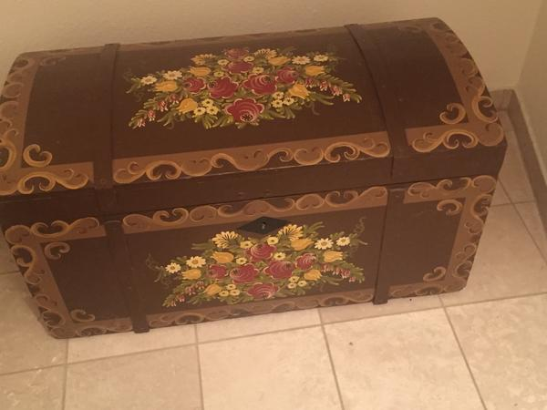 Holz Truhe mit Handmalerei - Nußloch - Bieten hier eine sehr gut erhalten Restaurierte Holz Truhe mit Hand-Malerei zum Verkauf an. Masse: Höhe: 55cm, breite: 50 cm, Länge: 1,05 cm - Nußloch