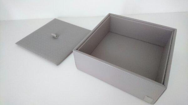 JOOP! Universal-Box Homeline Grau-Rose - Berlin Pankow - Produktbeschreibungen:Wunderschöner Mehrzweckbehälter aus der Serie HOME & BATH von JOOP!Großer Mehrzweckbehälter aus Polyresin, Deckel in Lederoptik mit geprägtem Flechtmuster und Ledergriff.Abmessungen: 20,5x20,5x7,5 cmArtikelzustan - Berlin Pankow