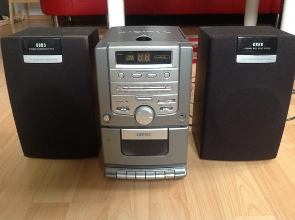 Micro-Audiosystem - Stuttgart West - Lifetec LT 8952. Boxen, Radio und Kassettenteil funktionieren, CD-Player funktioniert leider nicht. GS-Zeichen (geprüfte Sicherheit). Maße: 25 cm hoch, 3 x 15 cm breit, 16 (je Box) bzw. 22 cm tief. - Stuttgart West