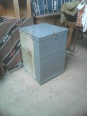 Ölbehälter mit Handpumpe