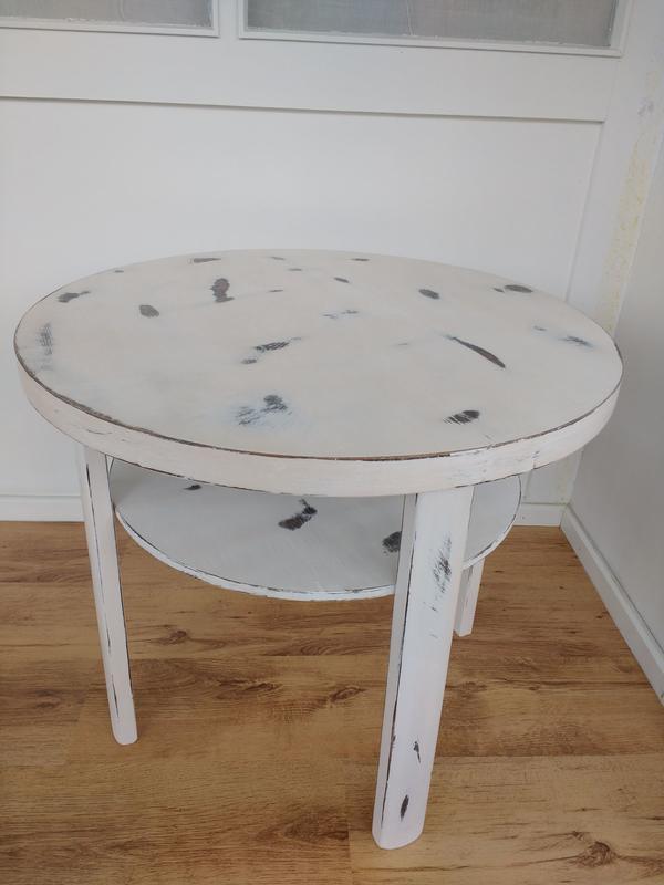 Shabby-Chic Beistelltisch - Otzberg - Holzart: Beine Eiche Vollholz / Tischplatte & Zwischenplatte Eiche furniertBeschreibung:Bei dem hier zum Verkauf stehenden Möbelstück handelt es sich um einen schönen, kleinen Beistelltisch im Shabby Chic Look mit einem Zwischenfach. Die Ober - Otzberg