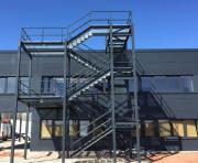 Treppen mit 15 Gitterroststufen für