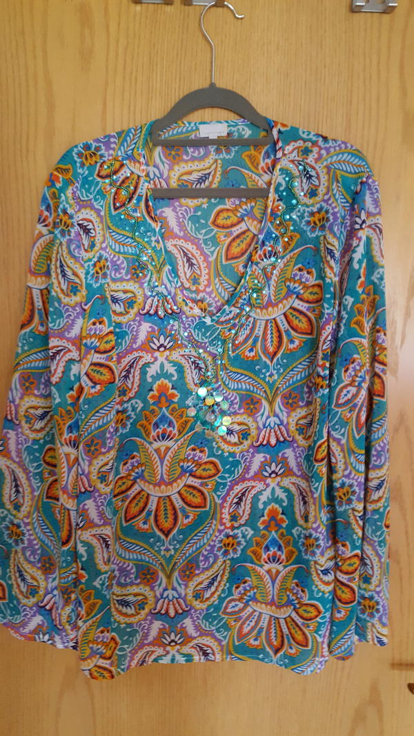 Tunika-Bluse Gr. 44 ganz Neu - Roth - Sommerlich leichte schön bedruckte Tunika. Sie ist neu und wurde nicht getragen.Sehr schöne Farben mit langem weit geschnittenem Arm, und schöner Verzierung am V-Ausschnitt. Leichter Stoff aus Viskose knitter und bügelfrei. Ideale Kofferware un - Roth