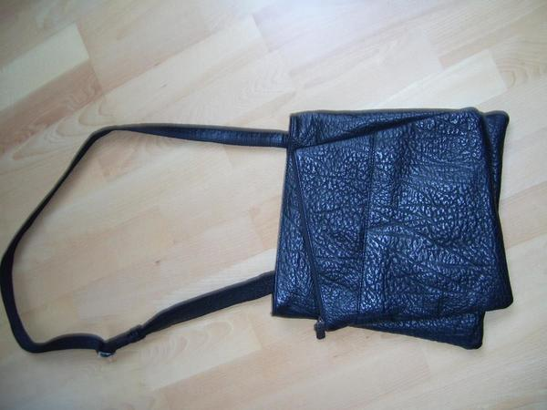 Voi Handtasche - Römerberg - Unbenutzte Voi Handtasche (war ein Geschenk) im typischen Hirschleder zu verkaufen. 2 Reißverschlußfächer und 2 aufgesetzte Taschen mit dem Voi typischen Innenleben (Schlüsselschlange, Handyfach, Reißverschlußtaschen) ca. 32x32 in schwa - Römerberg